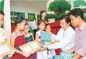 nhân nghĩa trao tặng bằng khen cho học sinh