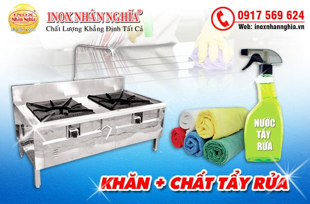dùng khăn và chất tẩy vệ sinh bếp công nghiệp